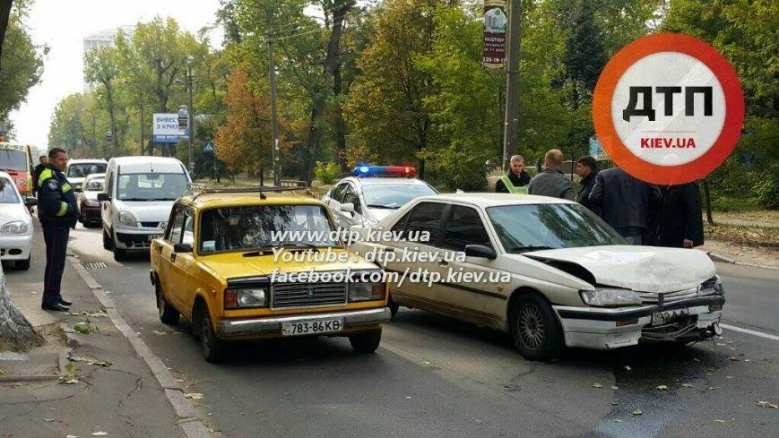 В Киеве столкнулись три автомобиля, есть пострадавшие (ФОТО), фото-1