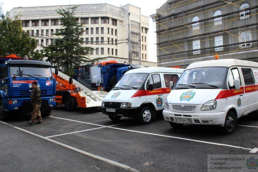 В Симферополе презентовали новую спецтехнику, которая будет использоваться при уборке города зимой (ФОТО) (фото) - фото 1