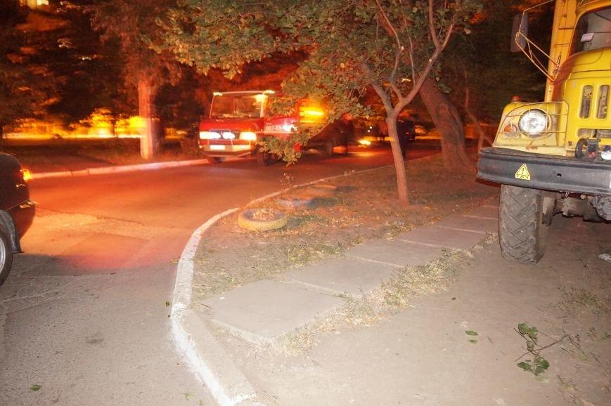 В Кривом Роге водитель сбил отца с маленьким сыном и врезался в газовую трубу жилого дома (ФОТО) (фото) - фото 1