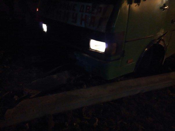 В Харькове маршрутный автобус с людьми врезался в столб (ФОТО) (фото) - фото 1