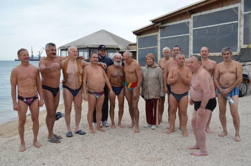 Клуб любителей бега и зимнего плавания «Экстрим» в Бердянске отметил  несколько праздников в один день, фото-1