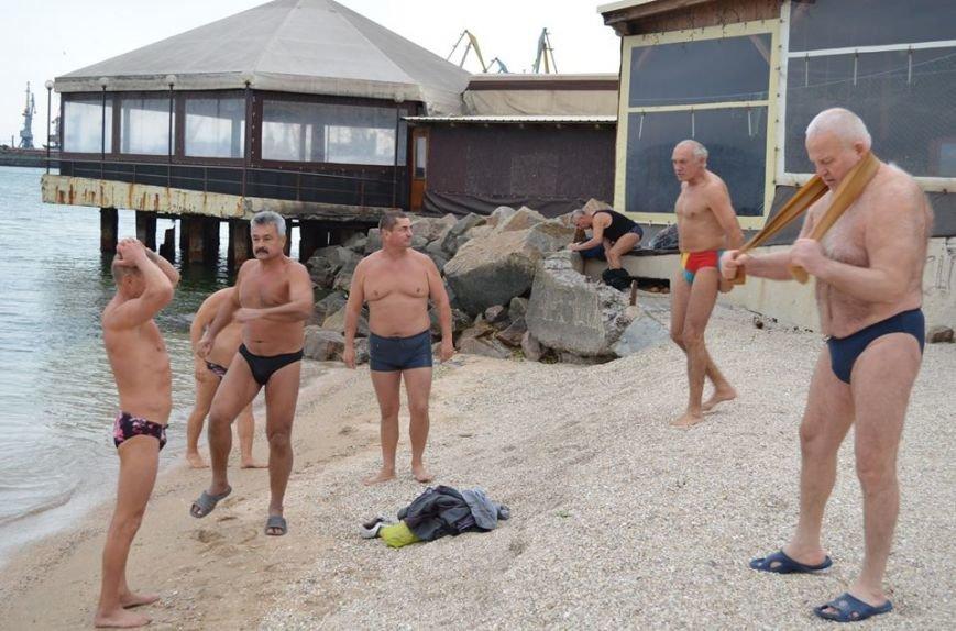 Клуб любителей бега и зимнего плавания «Экстрим» в Бердянске отметил  несколько праздников в один день, фото-2