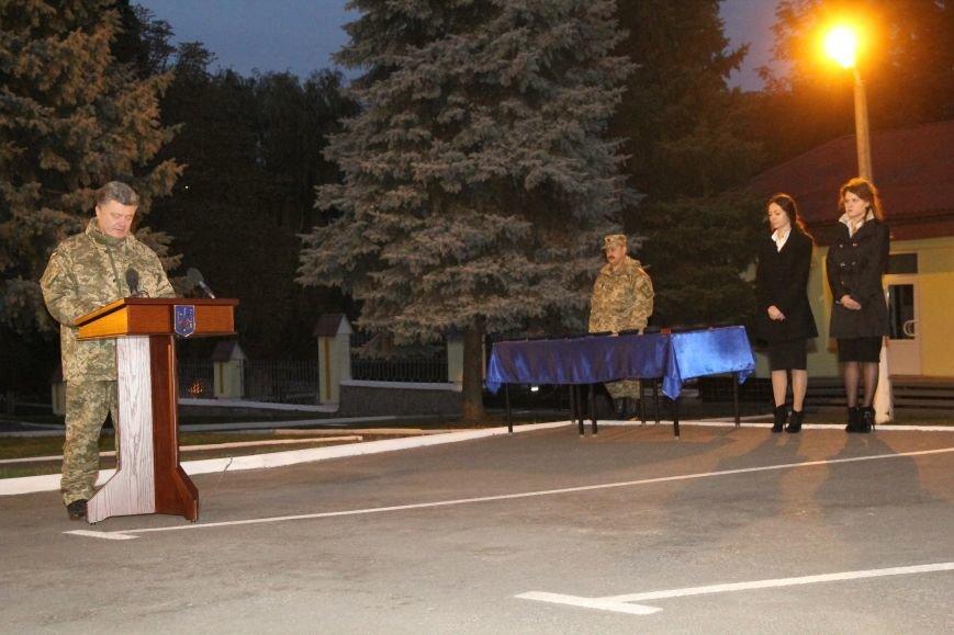 Президент вручил ордера от отдельных квартир семьям девятерых погибших в АТО днепропетровцев (ФОТО), фото-2