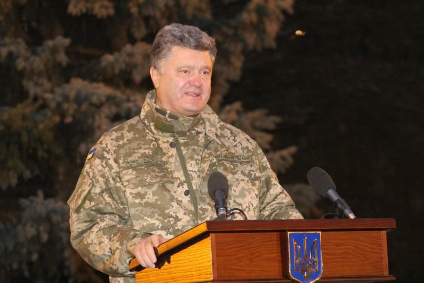 Президент вручил ордера от отдельных квартир семьям девятерых погибших в АТО днепропетровцев (ФОТО), фото-1