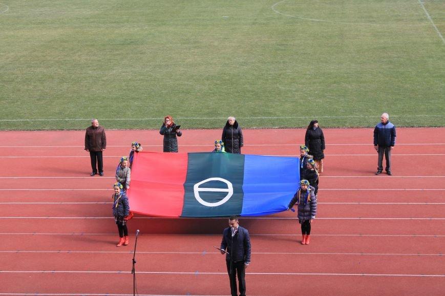 В Артемовске-Бахмуте развернули один из самых больших флагов Украины (ФОТО), фото-1