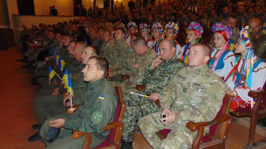 Мариуполь поздравил с праздником  своих защитников (ФОТОРЕПОРТАЖ) (фото) - фото 3