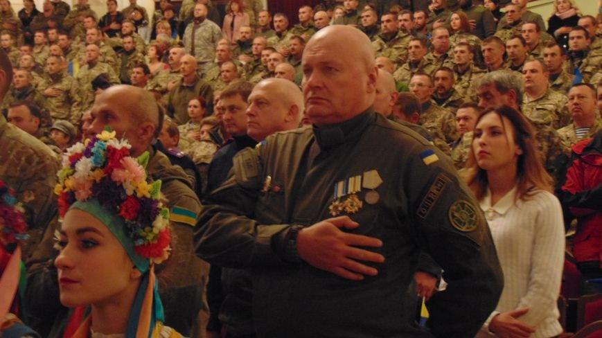 Мариуполь поздравил с праздником  своих защитников (ФОТОРЕПОРТАЖ) (фото) - фото 1