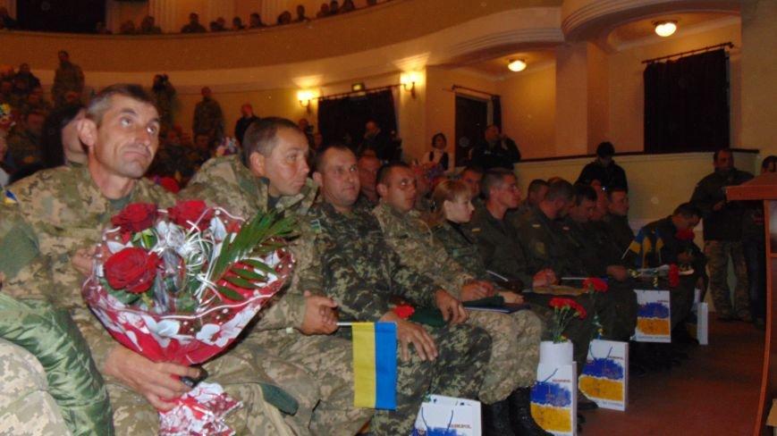 Мариуполь поздравил с праздником  своих защитников (ФОТОРЕПОРТАЖ) (фото) - фото 2