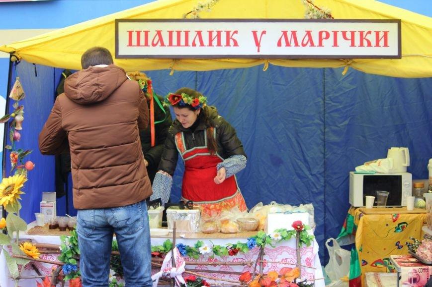На праздновании Дня защитника Украины в Днепропетровске угощали бесплатной кашей (ФОТО) (фото) - фото 1