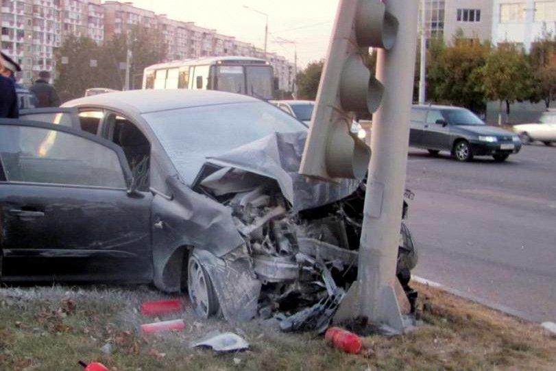 В Белгороде иномарка снесла светофор и дорожный знак, фото-1