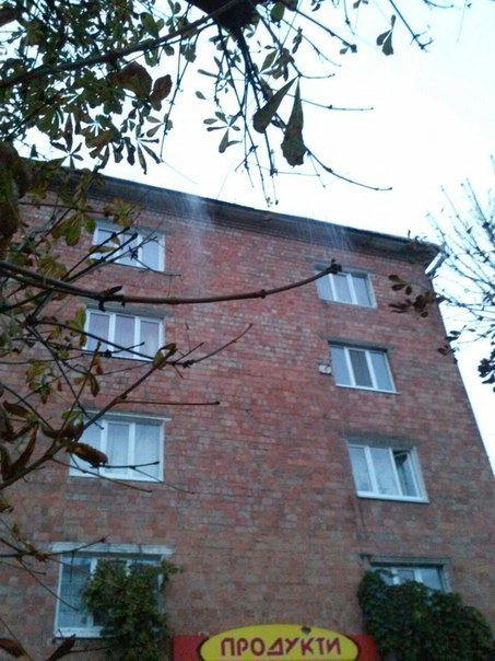 На перехожих чернівчан з даху багатоповерхівки хлинула вода (фото) - фото 1