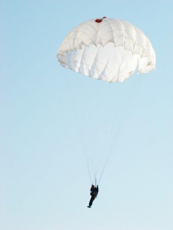 Под Одессой курсанты-первокурсники совершили первые парашютные прыжки (ФОТО) (фото) - фото 1
