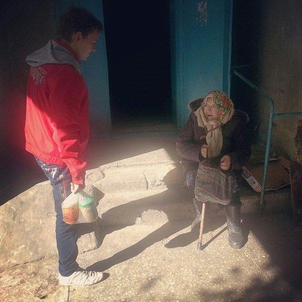 Волонтеры из авдеевской церкви «Пробуждение» продолжают развозить горячие обеды нуждающимся (ФОТО) (фото) - фото 1