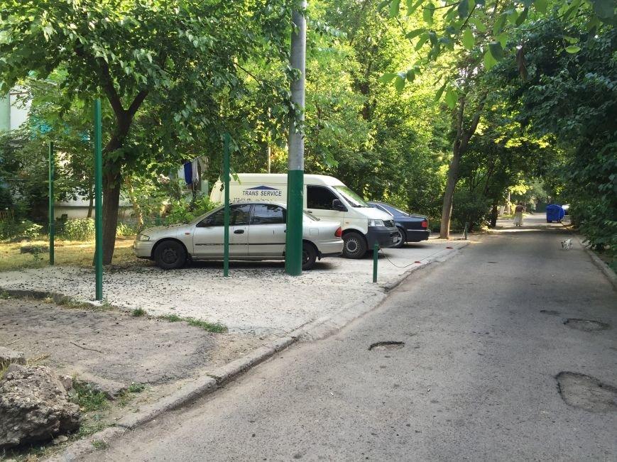 Культура так и прет. В Одессе наглые автомобилисты залили газон бетоном для парковки (ФОТО) (фото) - фото 1