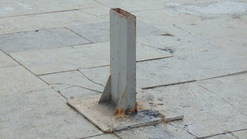 В Мариуполе с площади Свободы исчез символ веры, стойка которого превращена в урну (ФОТОФАКТ) (фото) - фото 1