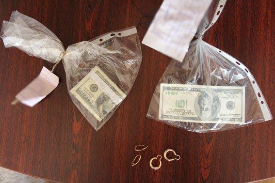 В Чернигове промышляли мошенники с сувенирными долларами (фото) - фото 3