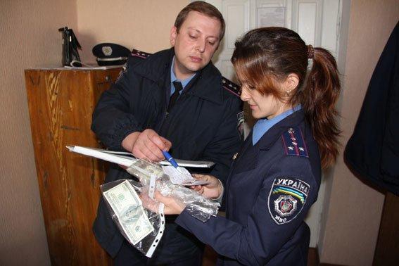 В Чернигове промышляли мошенники с сувенирными долларами (фото) - фото 1