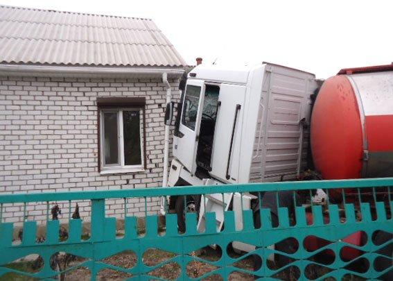 в Кременчуге фура с цистерной протаранила стену жилого дома (ФОТО) (фото) - фото 1