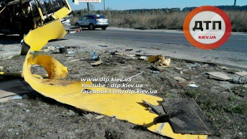 Под Киевом в результате страшного ДТП с маршруткой пострадали люди (ФОТО), фото-1