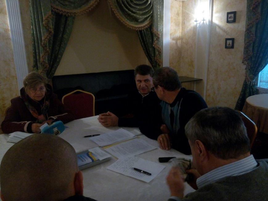 Члены городской избирательной комиссии Мариуполя пояснили, почему они провели заседание на улице (ВИДЕО) (фото) - фото 1