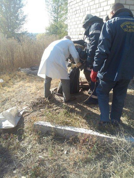 В Кременчуге из канализационного люка спасатели вытащили полуразложившийся труп (ФОТО) (фото) - фото 1