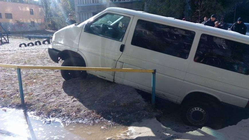На Жукова микроавтобус провалился в огромную дыру на дороге (ФОТОФАКТ), фото-3