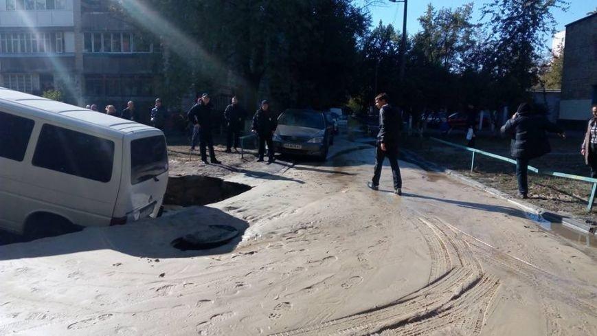 На Жукова микроавтобус провалился в огромную дыру на дороге (ФОТОФАКТ), фото-1