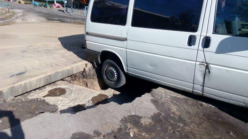 На Жукова микроавтобус провалился в огромную дыру на дороге (ФОТОФАКТ), фото-2