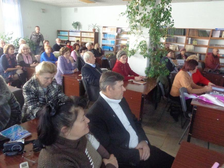 Сегодня в центральной городской библиотеке имени Т. Г. Шевченко в Красноармейске презентовали «Школу на Первомайской» (фото) - фото 1