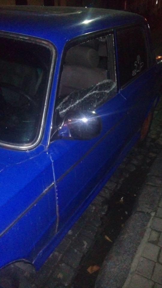 У центрі Львова невідомі розбили вікно в автомобілі та поцупили з нього гроші (ФОТО) (фото) - фото 1