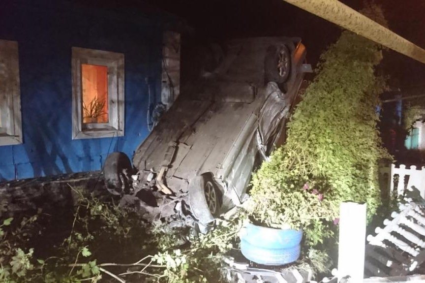 В Белгородской области пьяный водитель снёс забор частного дома (фото) - фото 1