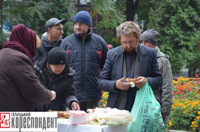 Франківським безхатченкам роздавали їжу та теплий одяг  (ФОТО), фото-1