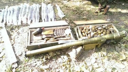 В Донецкой области в подвале дачи были спрятаны ПЗРК «Игла» и множество боеприпасов (фото) - фото 1