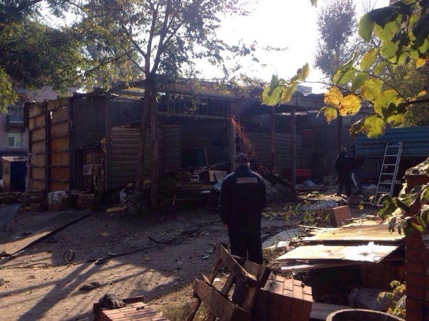 В Киеве «титушки» не давали демонтировать гигантскую наливайку (ФОТО), фото-1