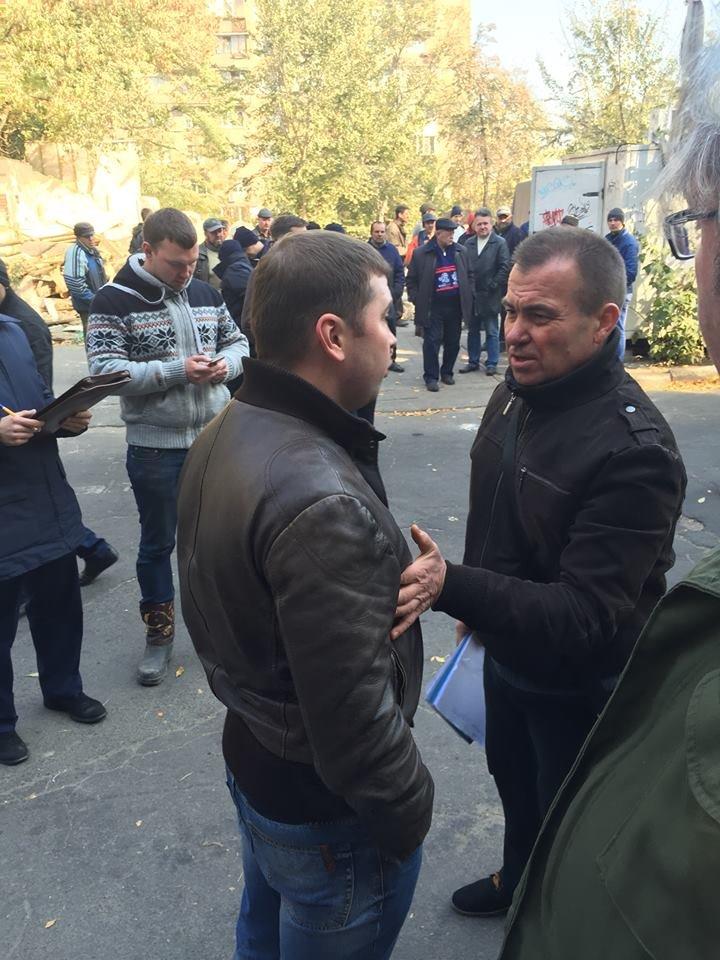 В Киеве «титушки» не давали демонтировать гигантскую наливайку (ФОТО), фото-2