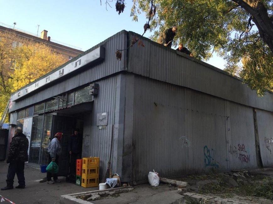 В Киеве «титушки» не давали демонтировать гигантскую наливайку (ФОТО), фото-3