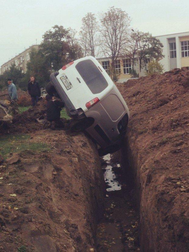 П'яний водій влетів у яму, де працював екскаватор. Фото (фото) - фото 3