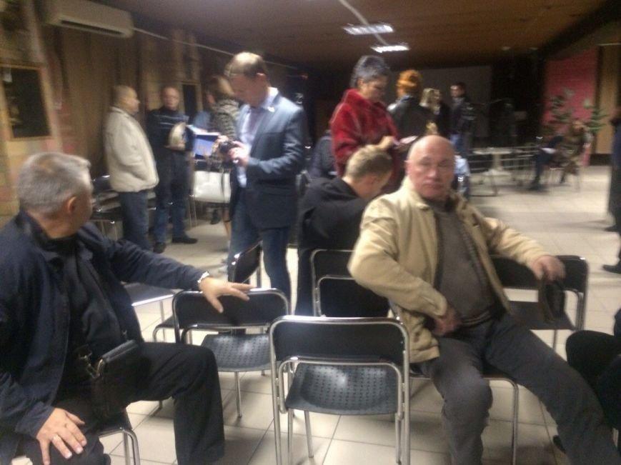 Демократические силы заблокировали городскую комиссию. Все члены комиссии забаррикадированы во Дворце металлургов (ФОТО) (фото) - фото 1