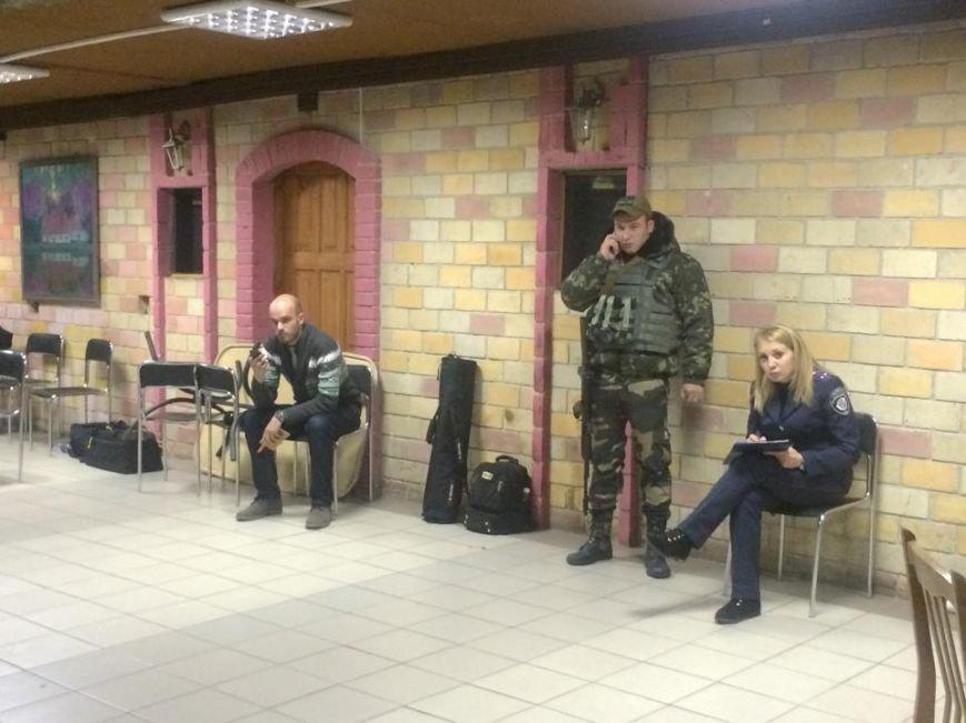 Демократические силы заблокировали Мариупольский избирком. Все члены комиссии забаррикадированы во Дворце металлургов (ФОТО+ВИДЕО), фото-16