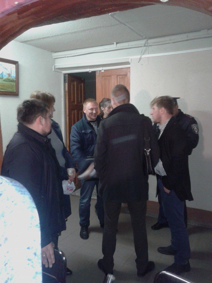 Демократические силы заблокировали Мариупольский избирком. Все члены комиссии забаррикадированы во Дворце металлургов (ФОТО+ВИДЕО), фото-5