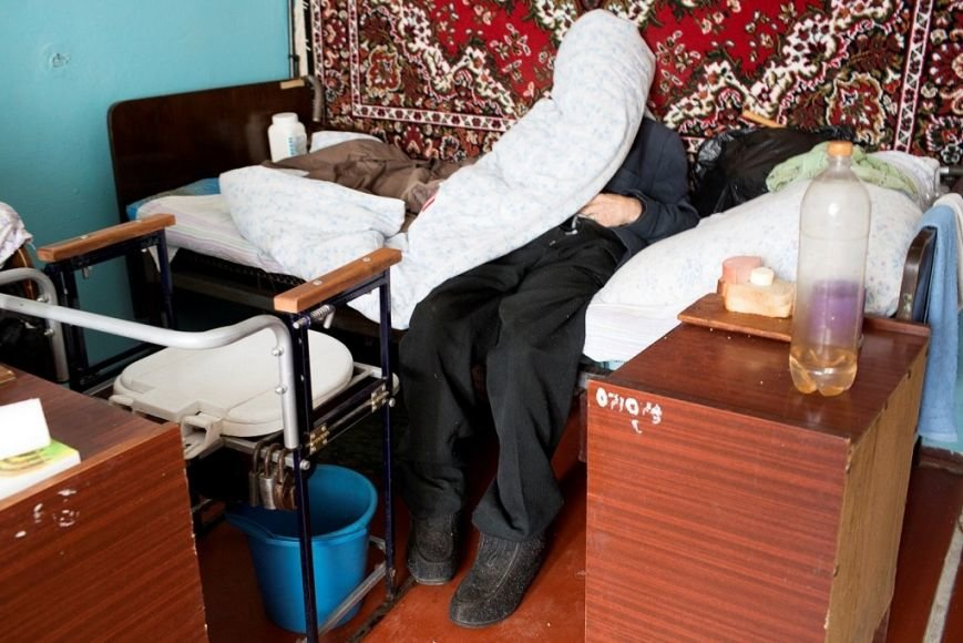 В доме престарелых в Черниговской области старики лежат без памперсов и белья (фото) - фото 1