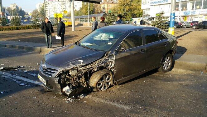 В Киеве возле автовокзала лоб в лоб столкнулись три иномарки (ФОТО) (фото) - фото 1