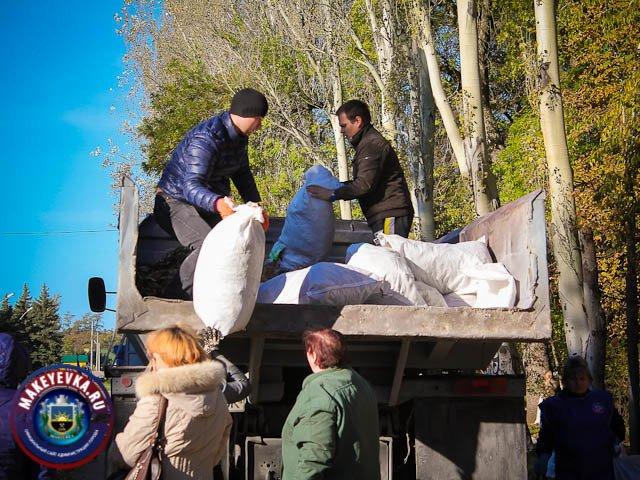 Цветы посадили, свалки вывезли. Более семи тысяч макеевчан приняли участие в городском субботнике (фото) - фото 1