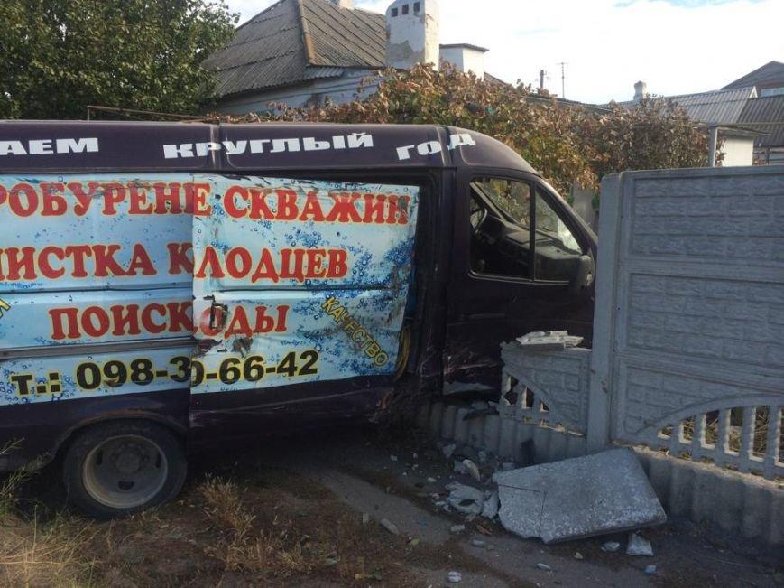 В Мариуполе  автомобиль, бурящий скважины, пробурил забор (ФОТО), фото-1