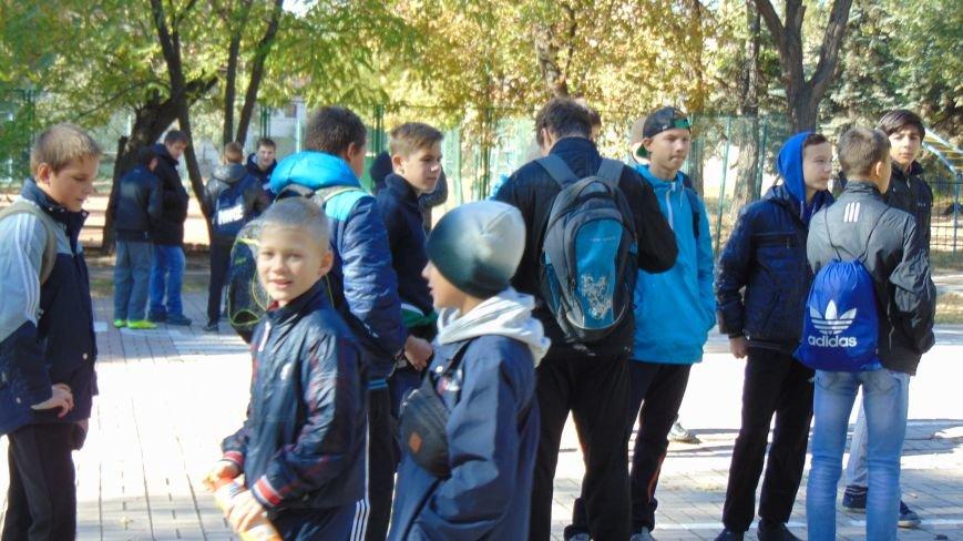 Мариупольские дети опробовали на себе тяжесть лат современных рыцарей (ФОТОФАКТ) (фото) - фото 1