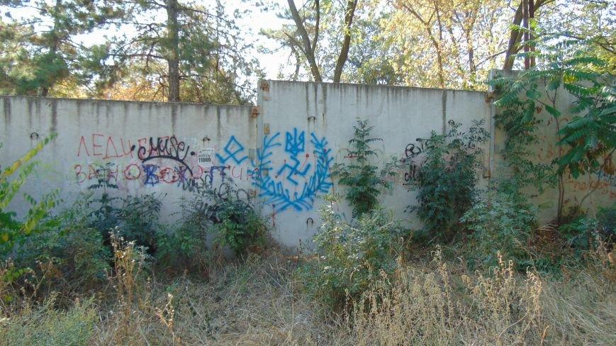 В Мариуполе у детского учреждения появилась провокационная свастика (ФОТОФАКТ) (фото) - фото 1