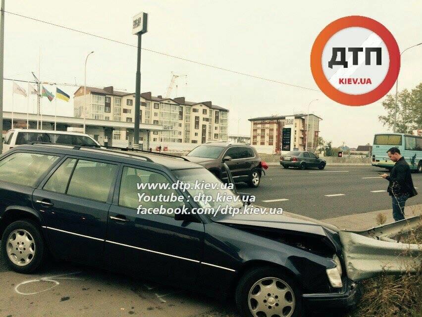 В Киеве столкнувшиеся автомобили раскидало по дороге (ФОТО), фото-1