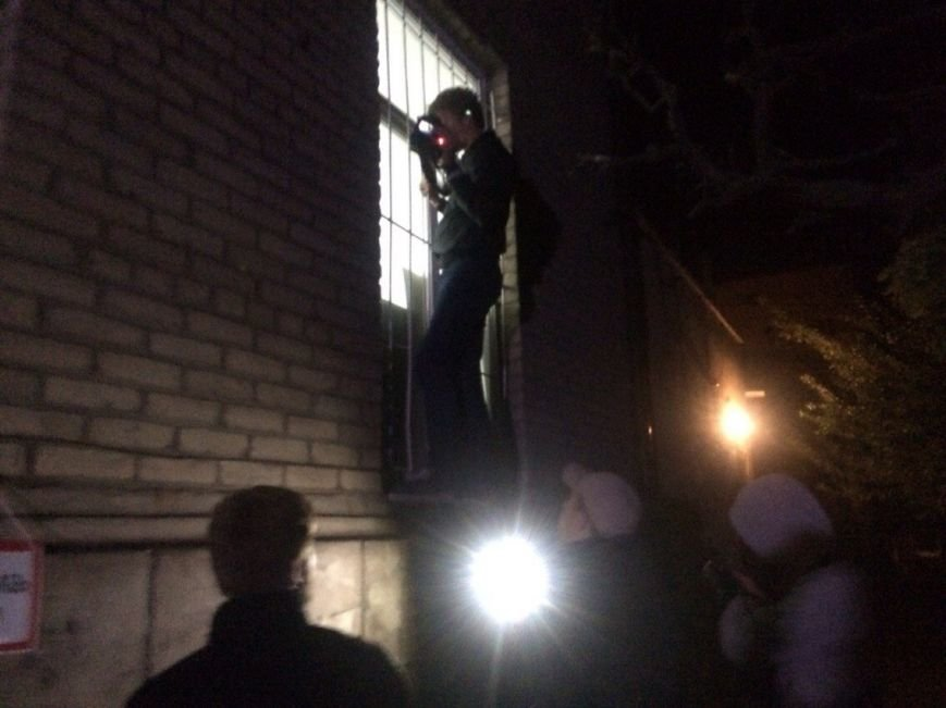 Под стенами типографии «Приазовского рабочего» в Мариуполе собрались представители демократических сил. Ждут начала заседания избиркома (ФОТО) (фото) - фото 1