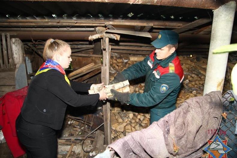 Как Новополоцкие спасатели посетили 90-летнюю жительницу Боровухи (фото) - фото 1