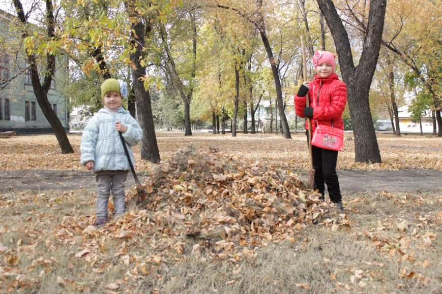 В Доброполье 4 переселенца провели субботник в сквере у дворца культуры (ФОТО), фото-2